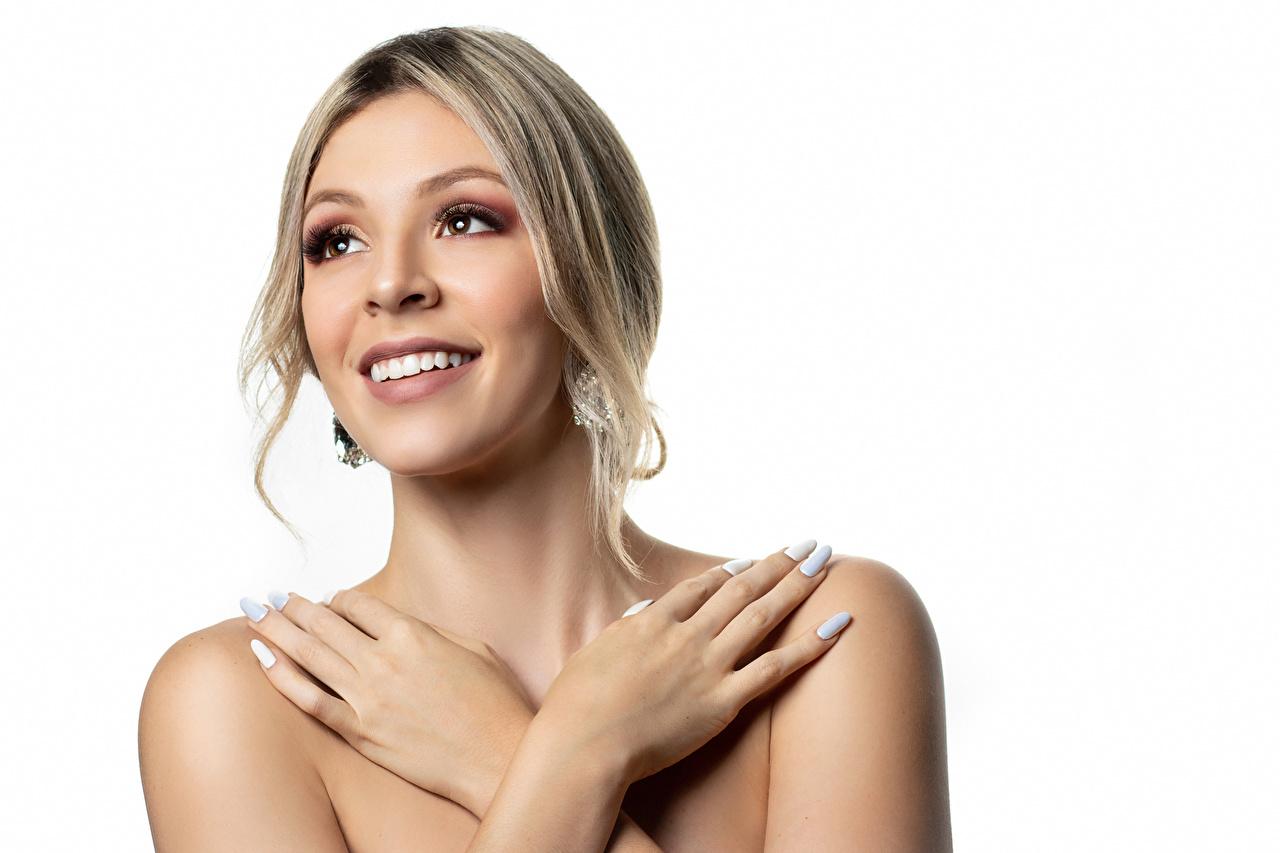 Bilder Blondine Maniküre Lächeln Catalina Mädchens Hand Finger Weißer hintergrund Blond Mädchen junge frau junge Frauen