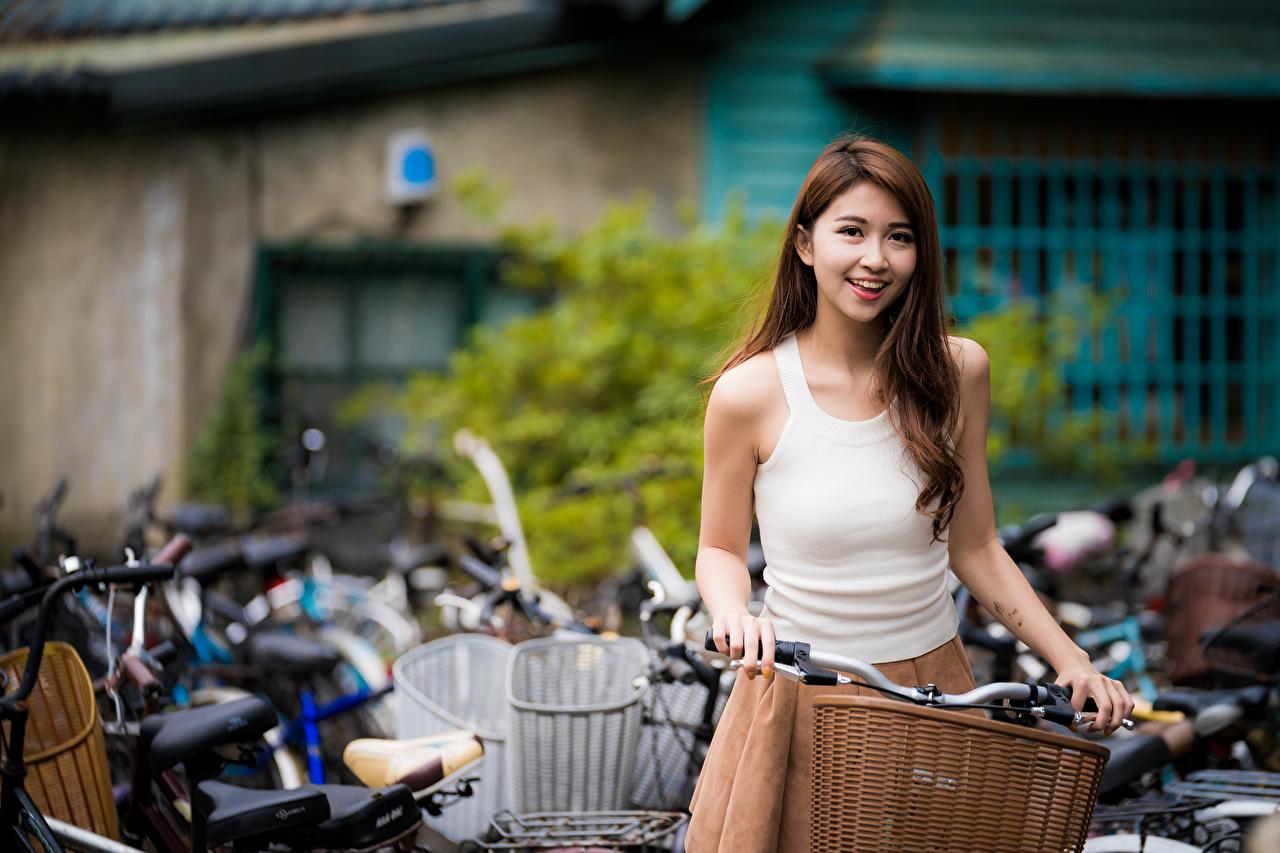 Bilder Brunt hår kvinne Smil uklar bakgrunn Unge kvinner Asiater Ermeløs t-skjorte Blikk Bokeh ung kvinne asiatisk Skjorte Ermeløs ser