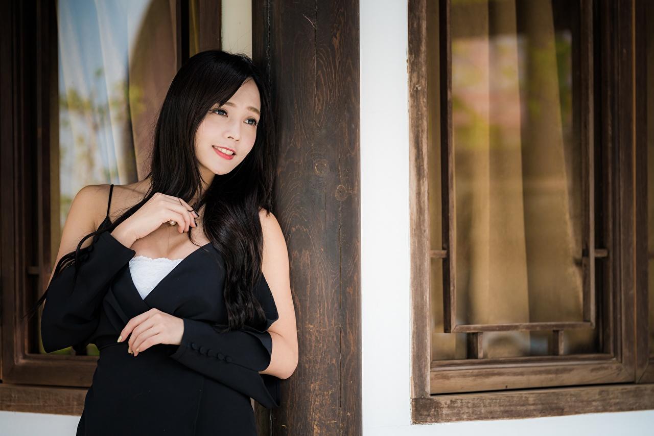 Bilder von Brünette Lächeln unscharfer Hintergrund junge frau Asiatische Hand Blick Bokeh Mädchens junge Frauen Asiaten asiatisches Starren