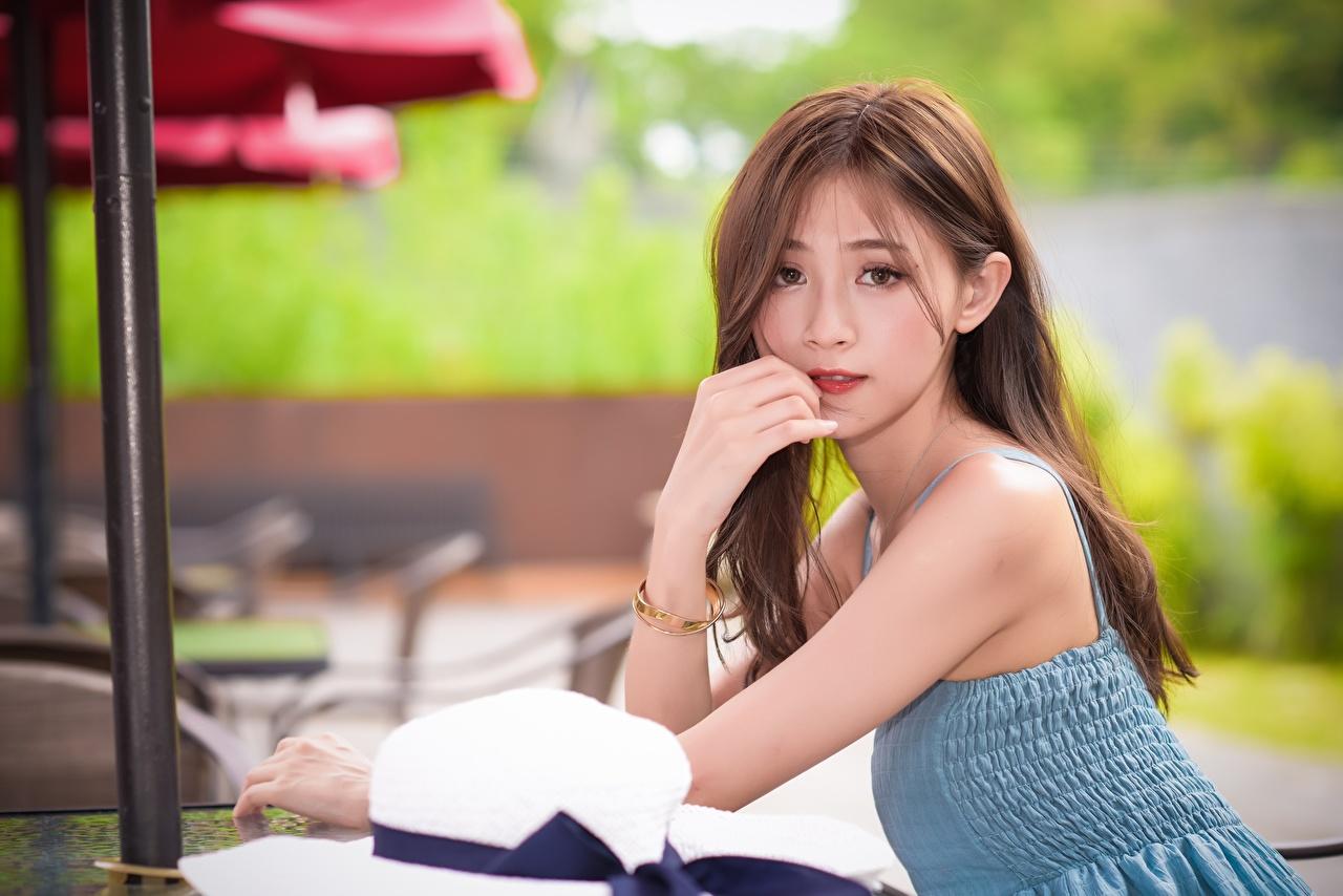 Desktop Hintergrundbilder Braunhaarige Bokeh Mädchens Asiatische Hand Blick Braune Haare unscharfer Hintergrund junge frau junge Frauen Asiaten asiatisches Starren