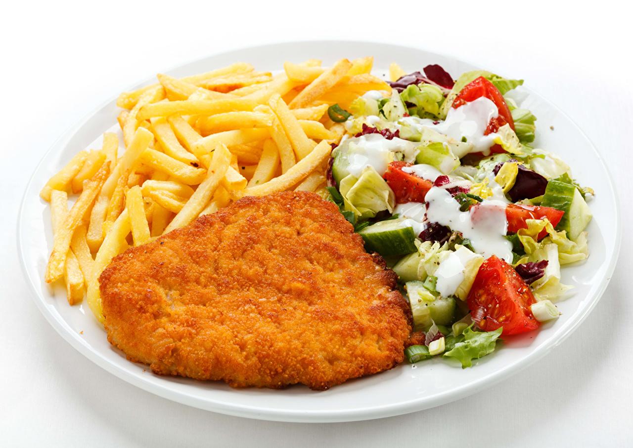 Fotos von Pommes frites Salat Teller Gemüse Lebensmittel Fleischwaren Weißer hintergrund Die zweite Gerichten Fritten