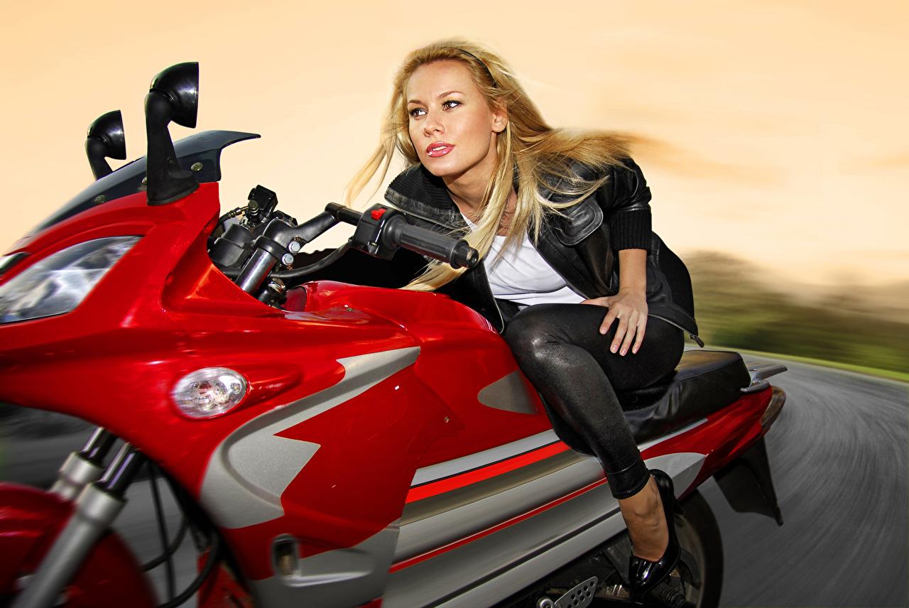 Fotos Blond Mädchen Mädchens Bewegung Motorradfahrer Starren Blondine Blick