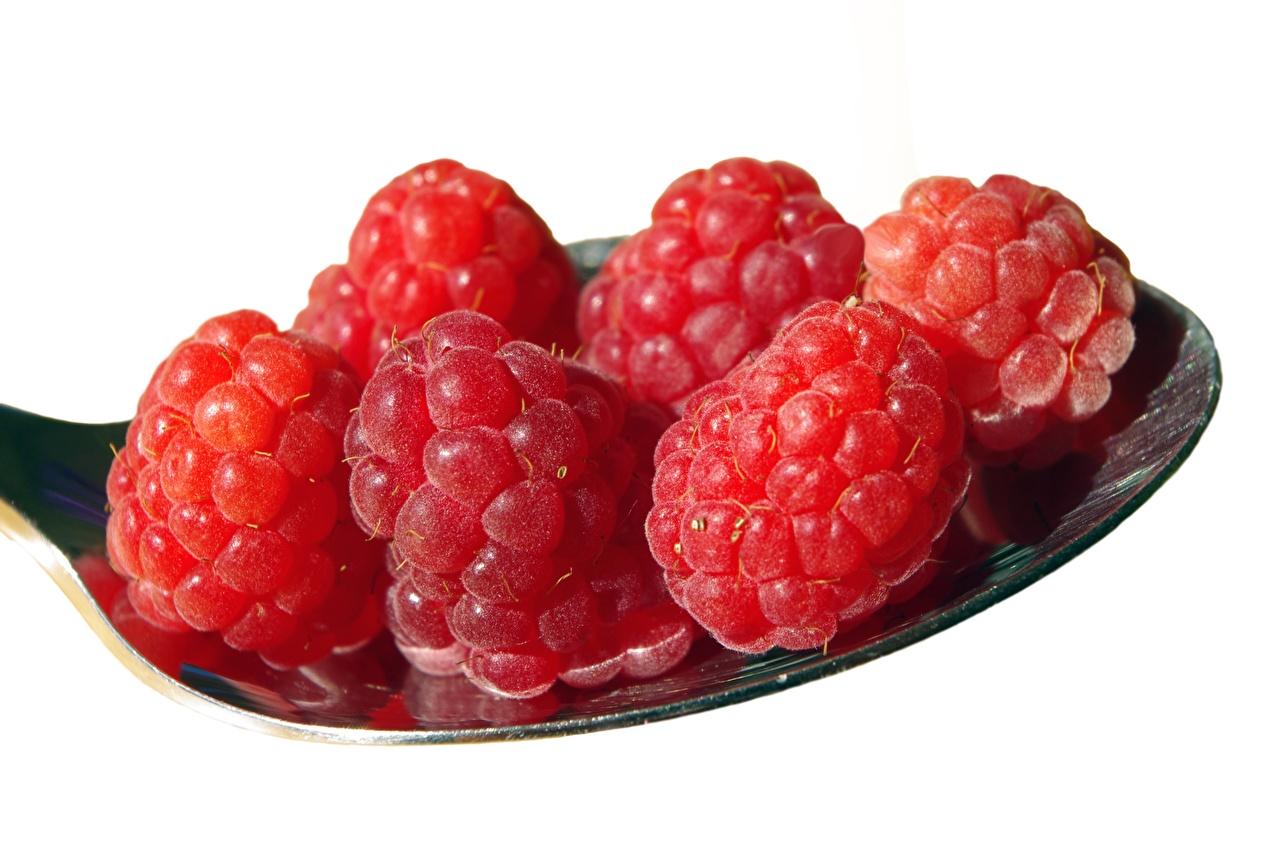 Baya Frambuesas De cerca El fondo blanco Cuchara Rojo comida Alimentos