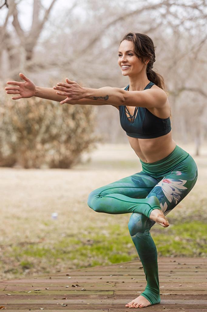 Foto Yoga Lächeln posiert Gymnastik junge Frauen Hand  für Handy Joga Pose Mädchens junge frau