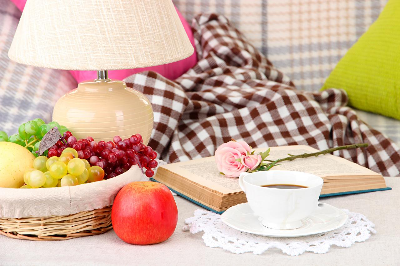 Bilder Rosen Kaffee Äpfel Weintraube Buch Tasse Lebensmittel Stillleben