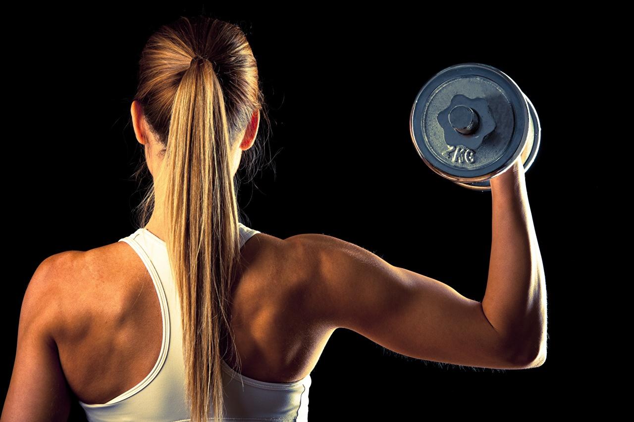 Desktop Hintergrundbilder Blond Mädchen Rücken Fitness Haar Hantel Mädchens Hinten Schwarzer Hintergrund Blondine Hanteln junge frau junge Frauen
