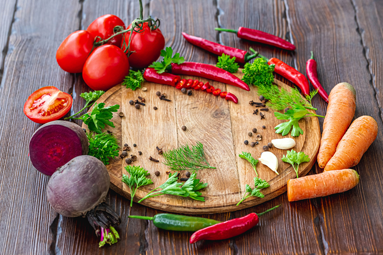 Pictures Carrots beetroot Tomatoes Black pepper Chili pepper Food Vegetables Cutting board boards Beet Wood planks