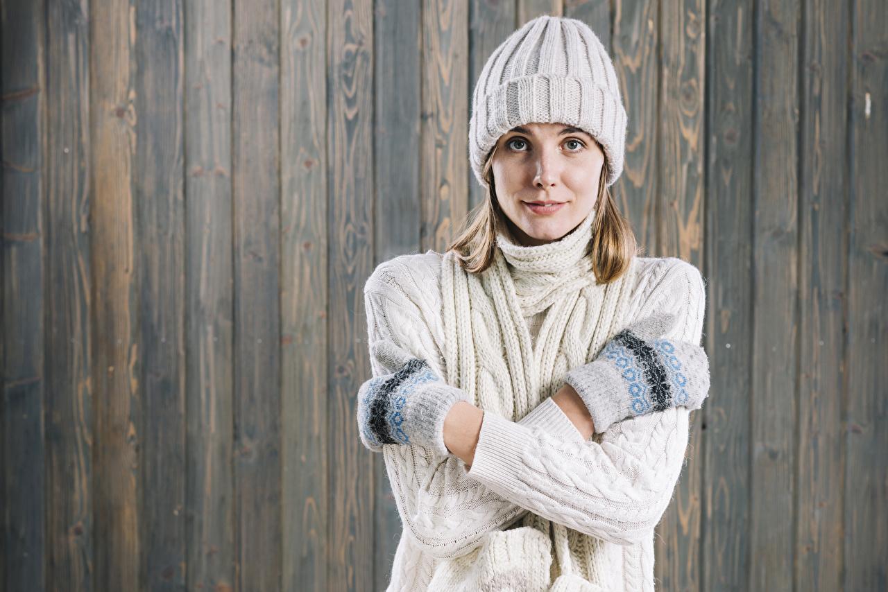 Fotos Fausthandschuhe Mütze Mädchens Sweatshirt Hand Starren Bretter Blick