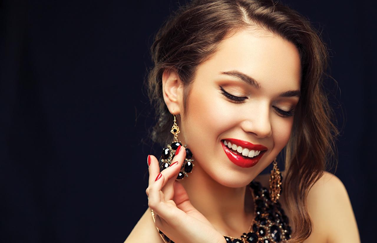 Fotos von Braunhaarige Make Up Lächeln Mädchens Rote Lippen Schwarzer Hintergrund Schmuck Braune Haare Schminke junge frau junge Frauen