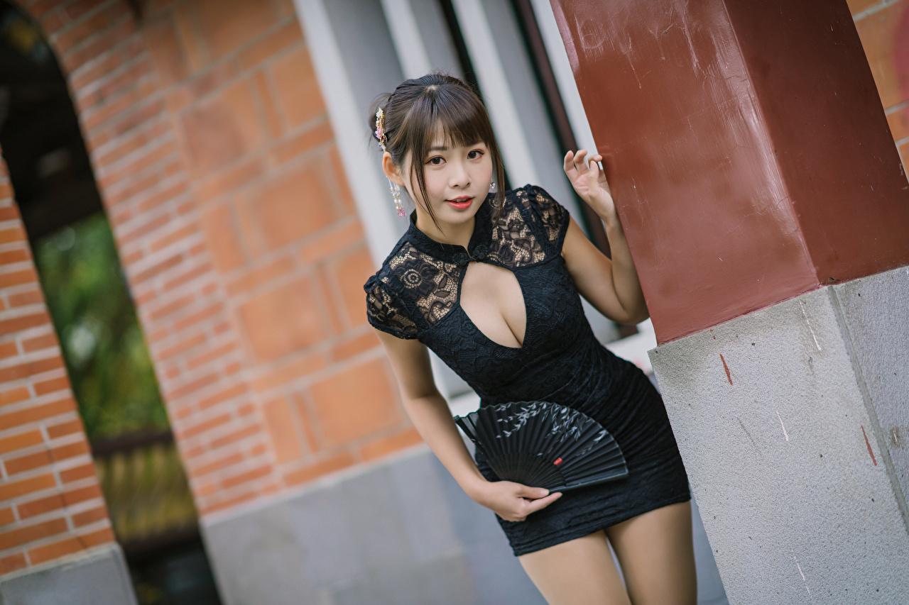 zdjęcia Wachlarz Poza Dekolt Dziewczyny Azjaci wzrok Sukienka pozować dziewczyna młoda kobieta młode kobiety azjatycka Spojrzenie