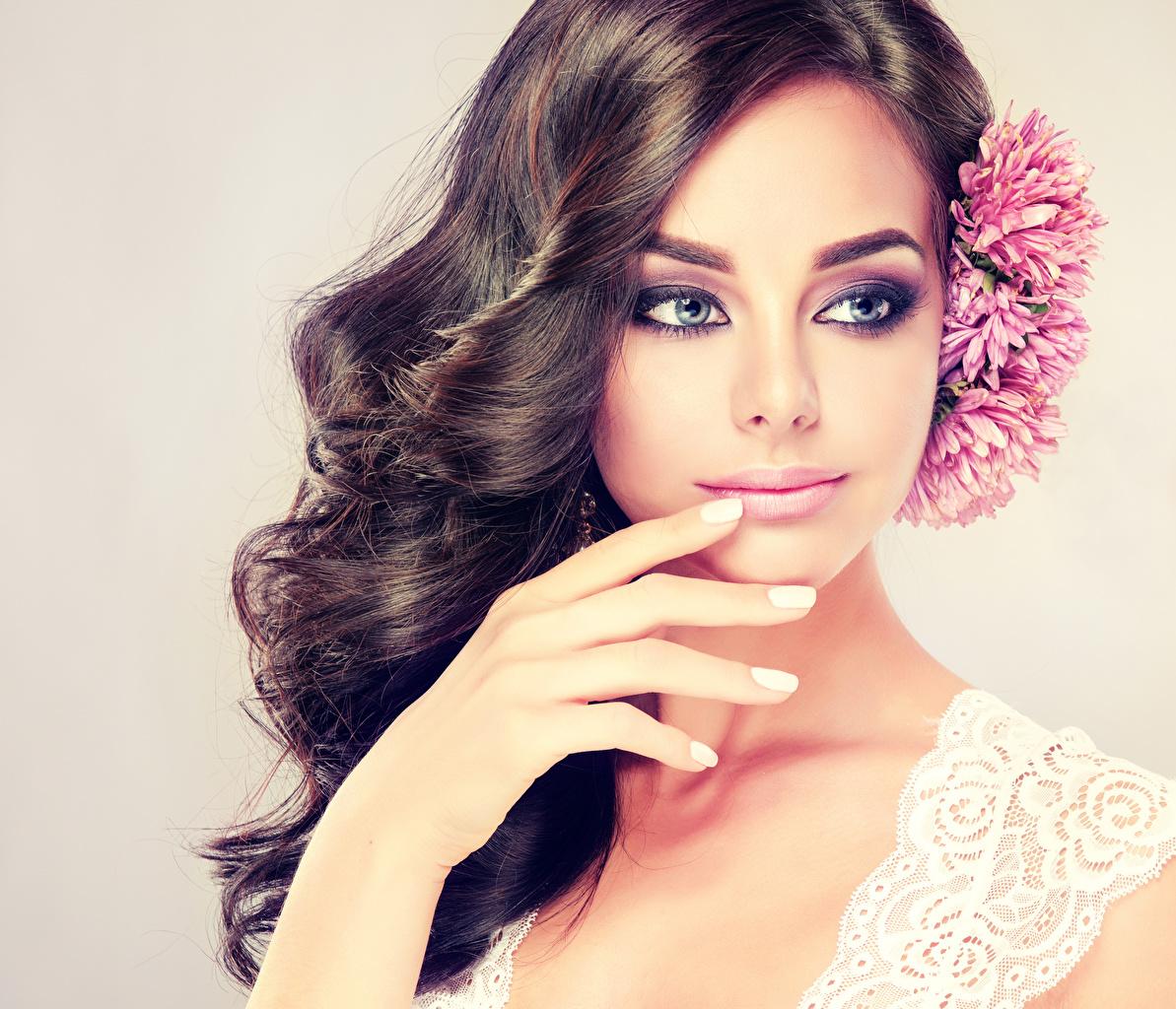Bilder von Brünette Make Up Haar Gesicht Mädchens Hand Blick Farbigen hintergrund Schminke junge frau junge Frauen Starren