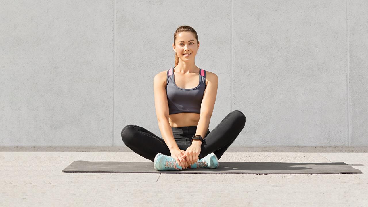 Desktop Hintergrundbilder Lächeln Fitness Turnschuh Mädchens sportliches Bein Unterhemd Sitzend Blick Sport junge frau sportschuhe junge Frauen sitzt sitzen Starren