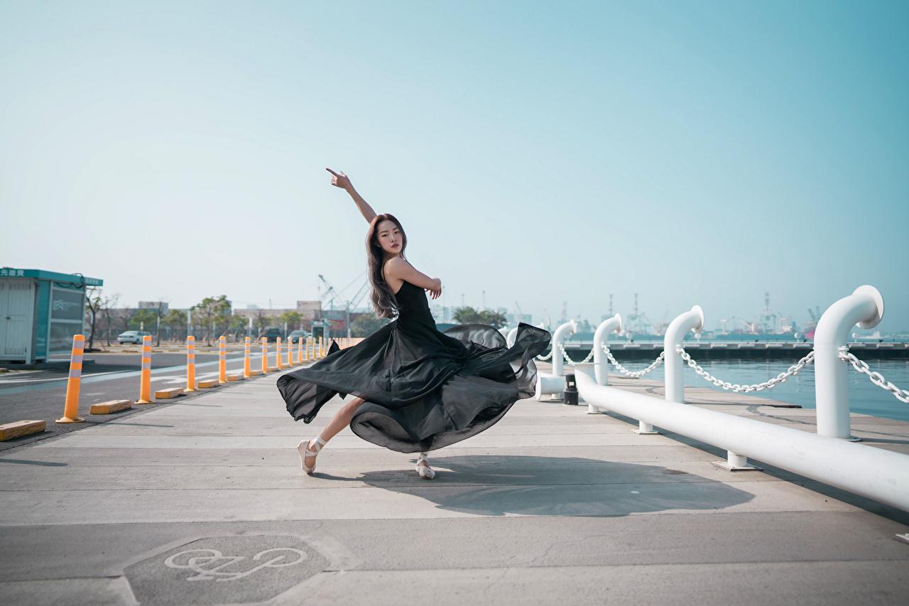 Fotos Ballett Tanz junge frau Asiaten Waterfront Kleid Tanzen Mädchens junge Frauen Asiatische asiatisches