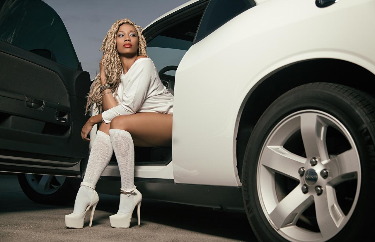 Bilder Blondine Long Socken Dreadlocks Rad Neger Mädchens Bein Hand Autos sitzen Stöckelschuh Blond Mädchen Dreads Räder junge frau junge Frauen auto sitzt Sitzend automobil High Heels