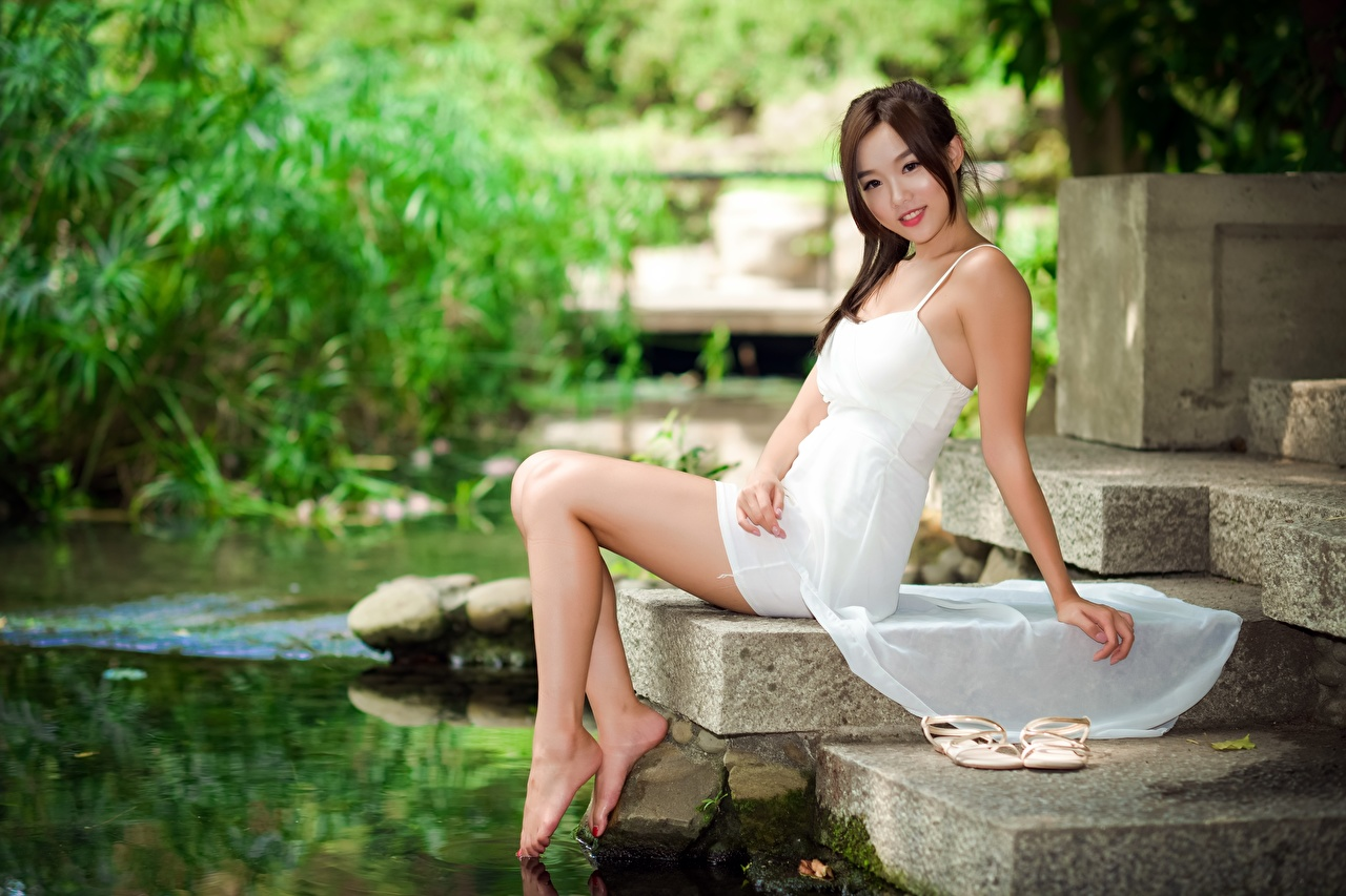 Foto Lächeln Bokeh junge Frauen Bein Asiatische Hand Sitzend Kleid unscharfer Hintergrund Mädchens junge frau Asiaten asiatisches sitzt sitzen