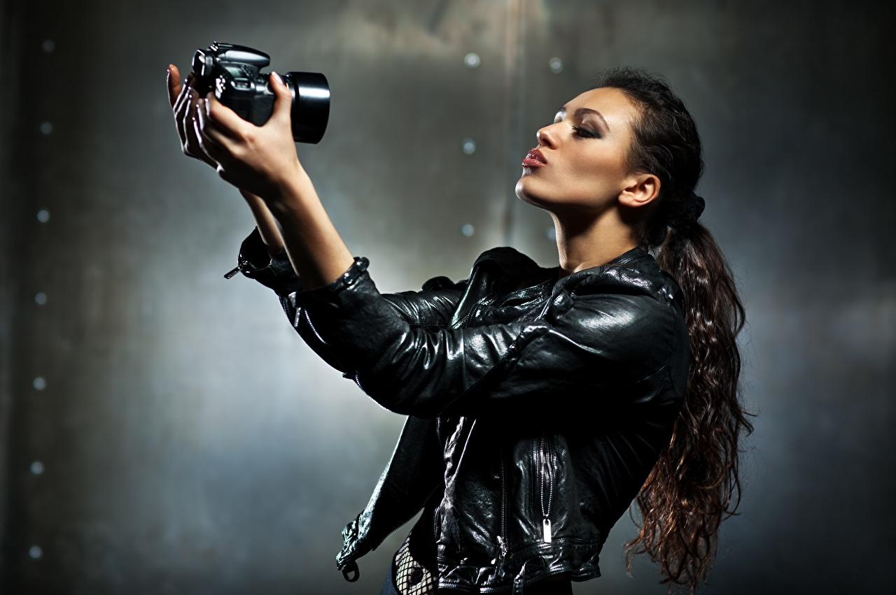 Fotos von Fotoapparat Selfie Fotograf Bokeh Jacke Mädchens Schwanz Hand Photograph unscharfer Hintergrund junge frau junge Frauen