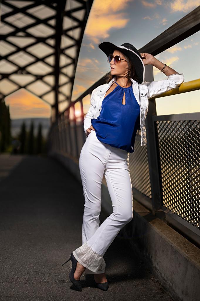 Fotos von Nadege posiert Bluse Der Hut junge frau Brille Die Hose  für Handy Pose Mädchens junge Frauen