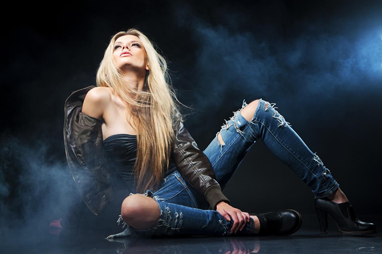 Fotos von Blond Mädchen posiert Jacke junge frau Bein Jeans Hand Rauch sitzt High Heels Blondine Pose Mädchens junge Frauen sitzen Sitzend Stöckelschuh