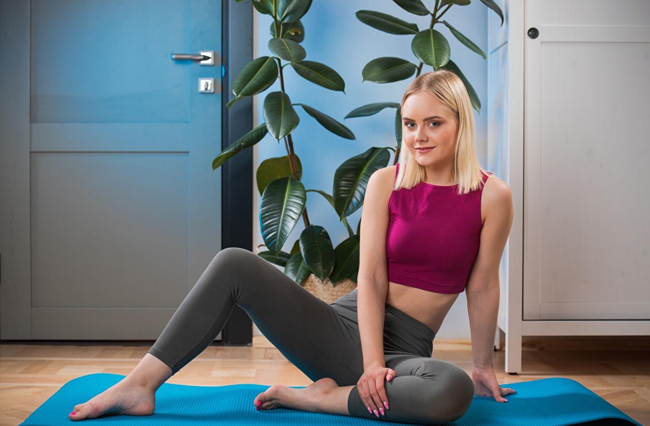 Desktop Hintergrundbilder Blond Mädchen Isabella Star Fitness Mädchens Bein Hand Sitzend Blondine junge frau junge Frauen sitzt sitzen