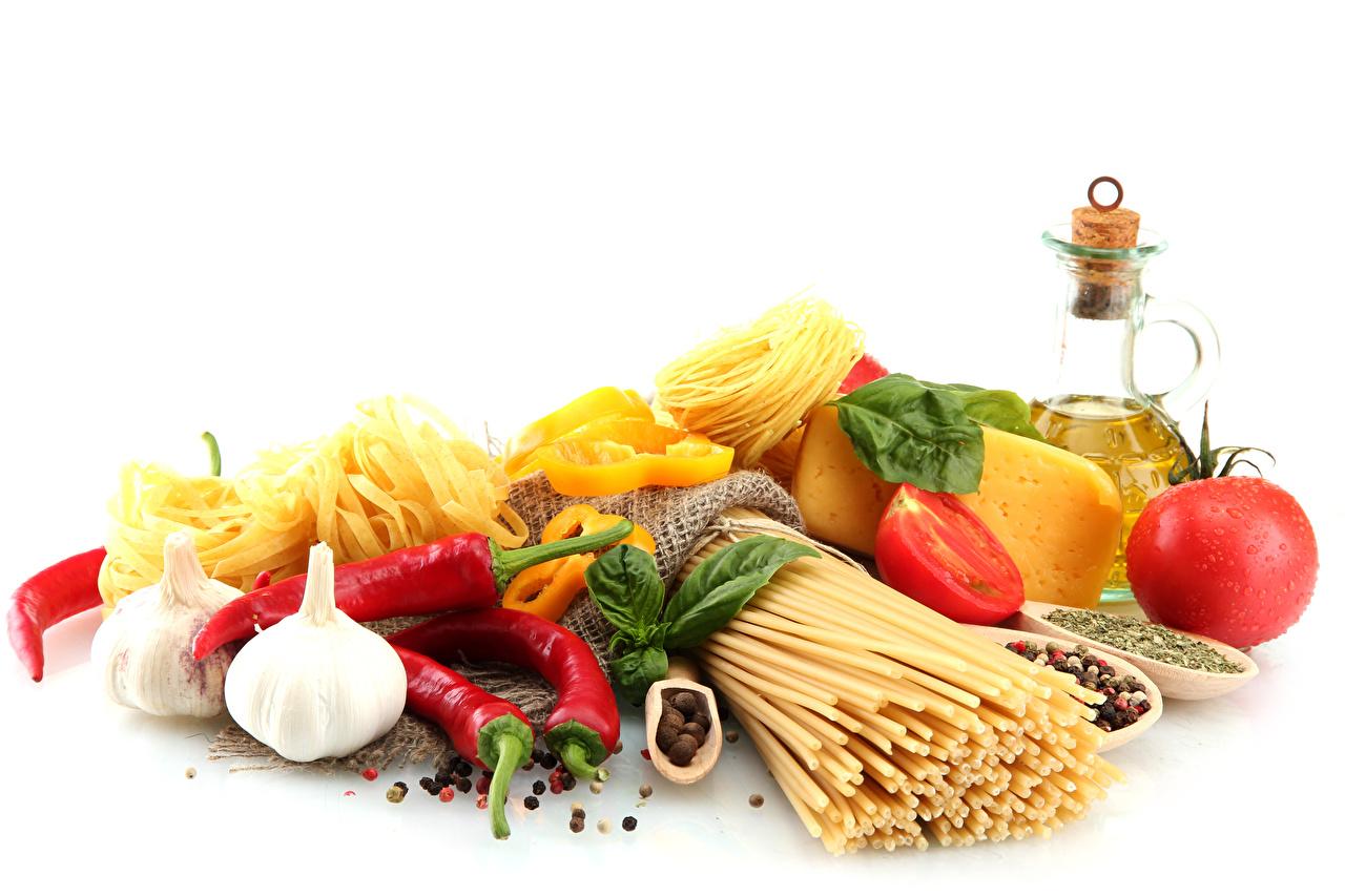 Bilder Tomate Makkaroni Käse Knoblauch Gemüse Peperone Lebensmittel Weißer hintergrund