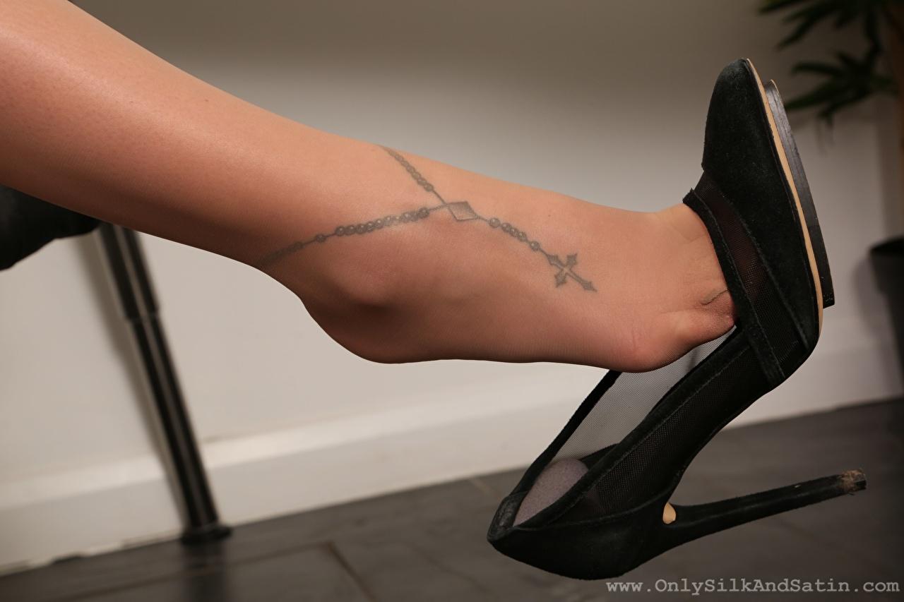 Bilder Tätowierung Strumpfhose Mädchens Bein Großansicht Stöckelschuh junge frau junge Frauen hautnah Nahaufnahme High Heels