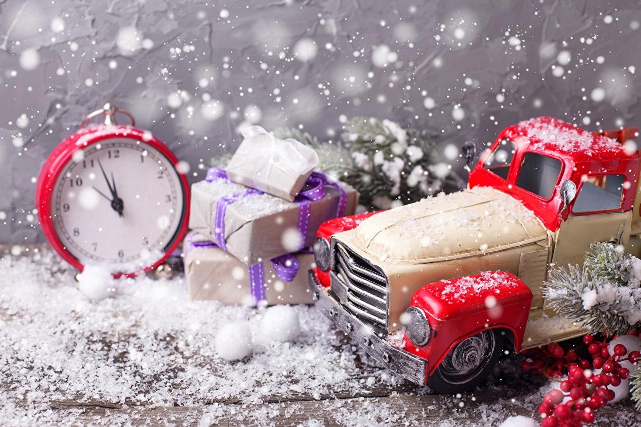 Fotos Neujahr Uhr Wecker Schnee Geschenke Spielzeug Spielzeuge