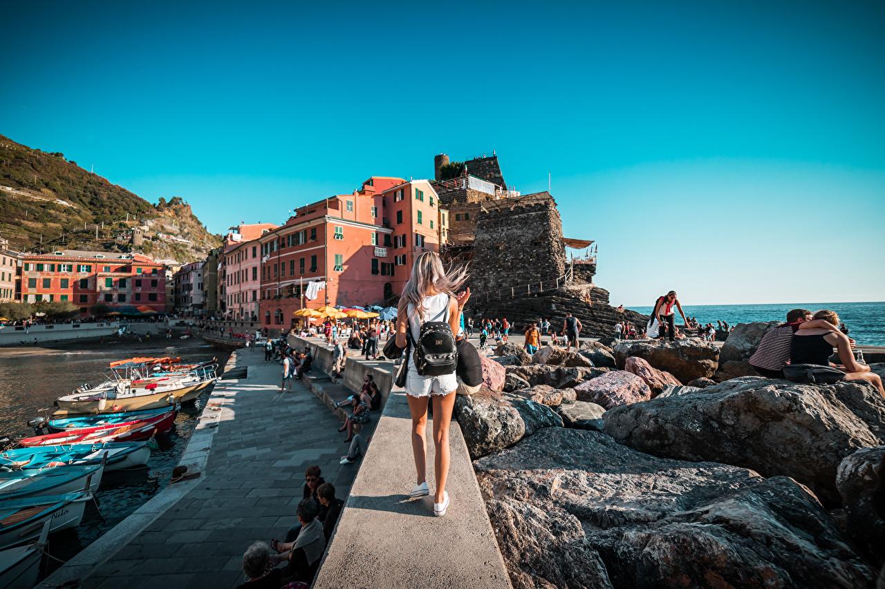 Bilder von Ligurien Tourist Italien Blond Mädchen Rucksack Boot Stein Hinten Schiffsanleger Städte Reisender Blondine Steine Bootssteg Seebrücke