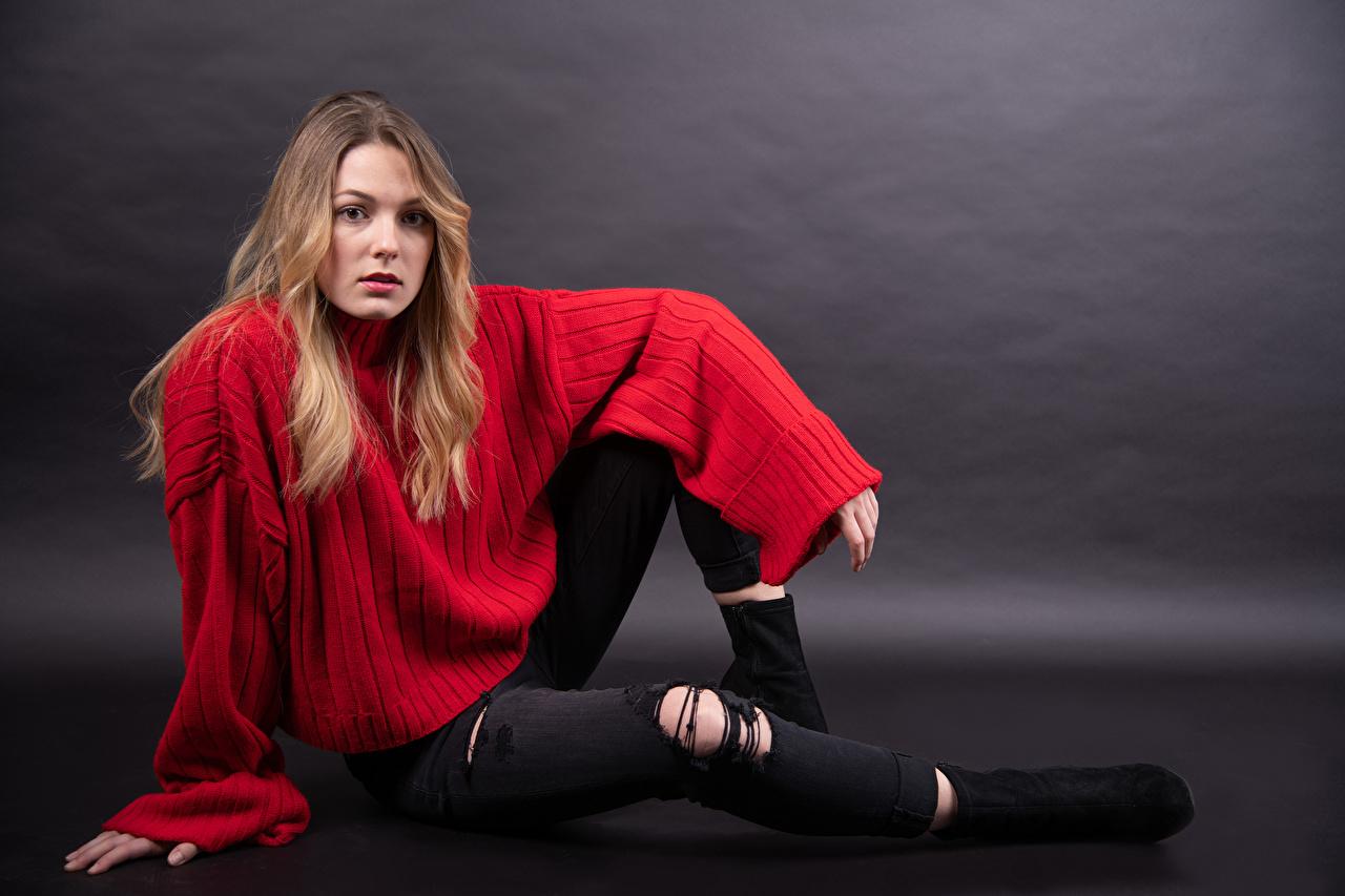 Desktop Hintergrundbilder Claudie Michaud-Couture posiert Mädchens Jeans Sweatshirt sitzt Blick Pose junge frau junge Frauen sitzen Sitzend Starren