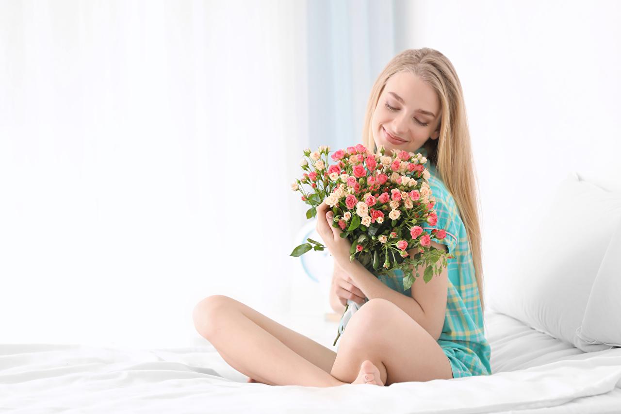 Foto Blond Mädchen Lächeln Sträuße Rosen Mädchens Sitzend Blondine