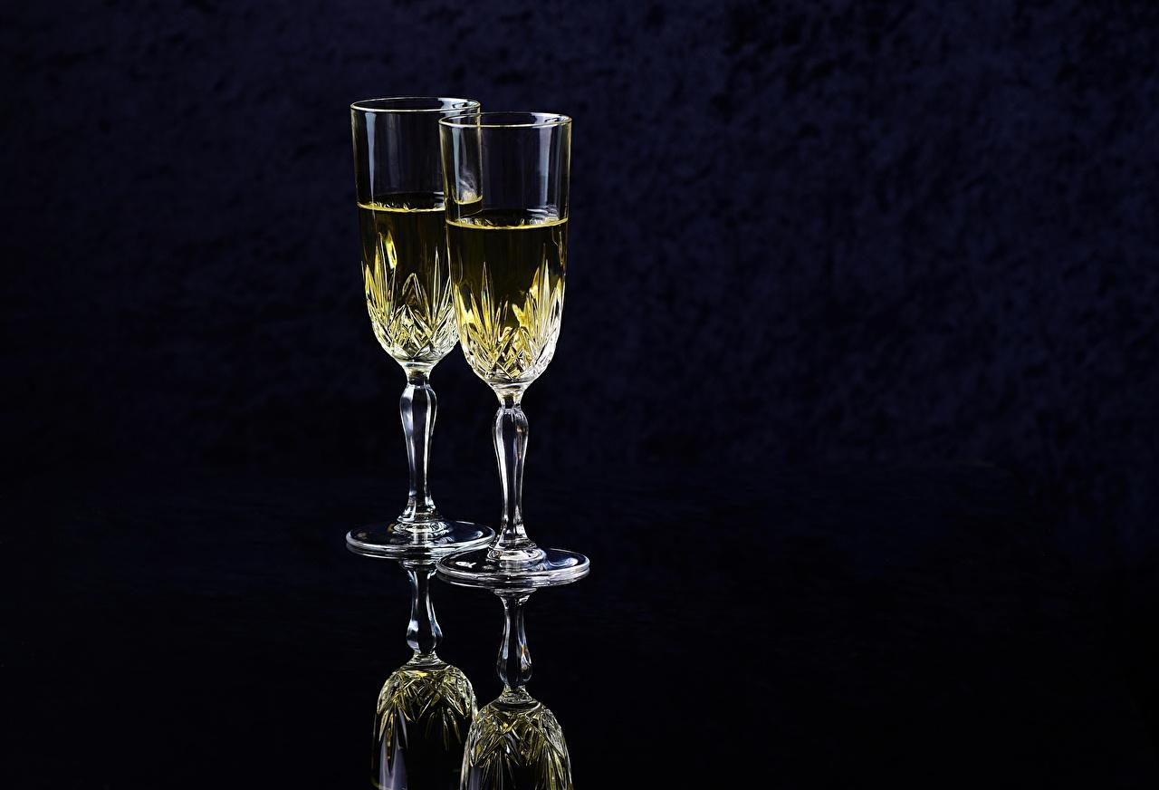 Fotos von Zwei Champagner Weinglas Lebensmittel Schwarzer Hintergrund 2 Schaumwein