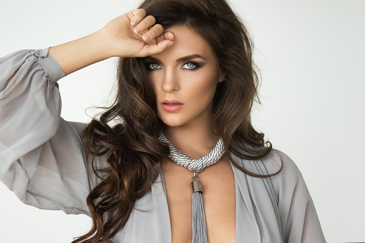 Bilder von Braunhaarige Model Pose Schön Frisur Haar junge frau Hand Starren Grauer Hintergrund Braune Haare posiert schöne hübsch hübsche schöner schönes hübscher Frisuren Mädchens junge Frauen Blick
