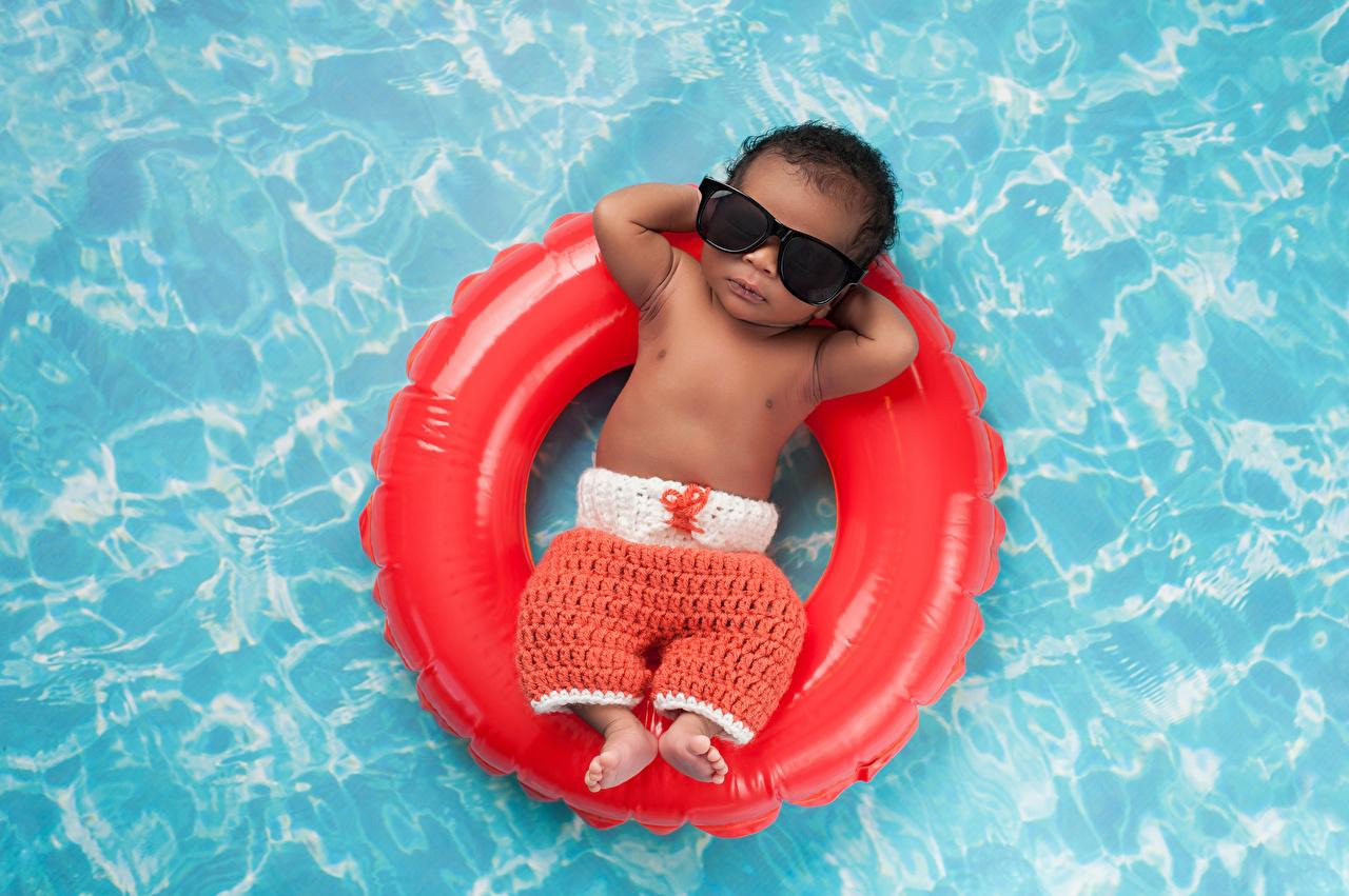 Desktop Wallpapers Baby Pools child Rest Negroid eyeglasses Infants newborn Swimming bath Children relax Resting Glasses