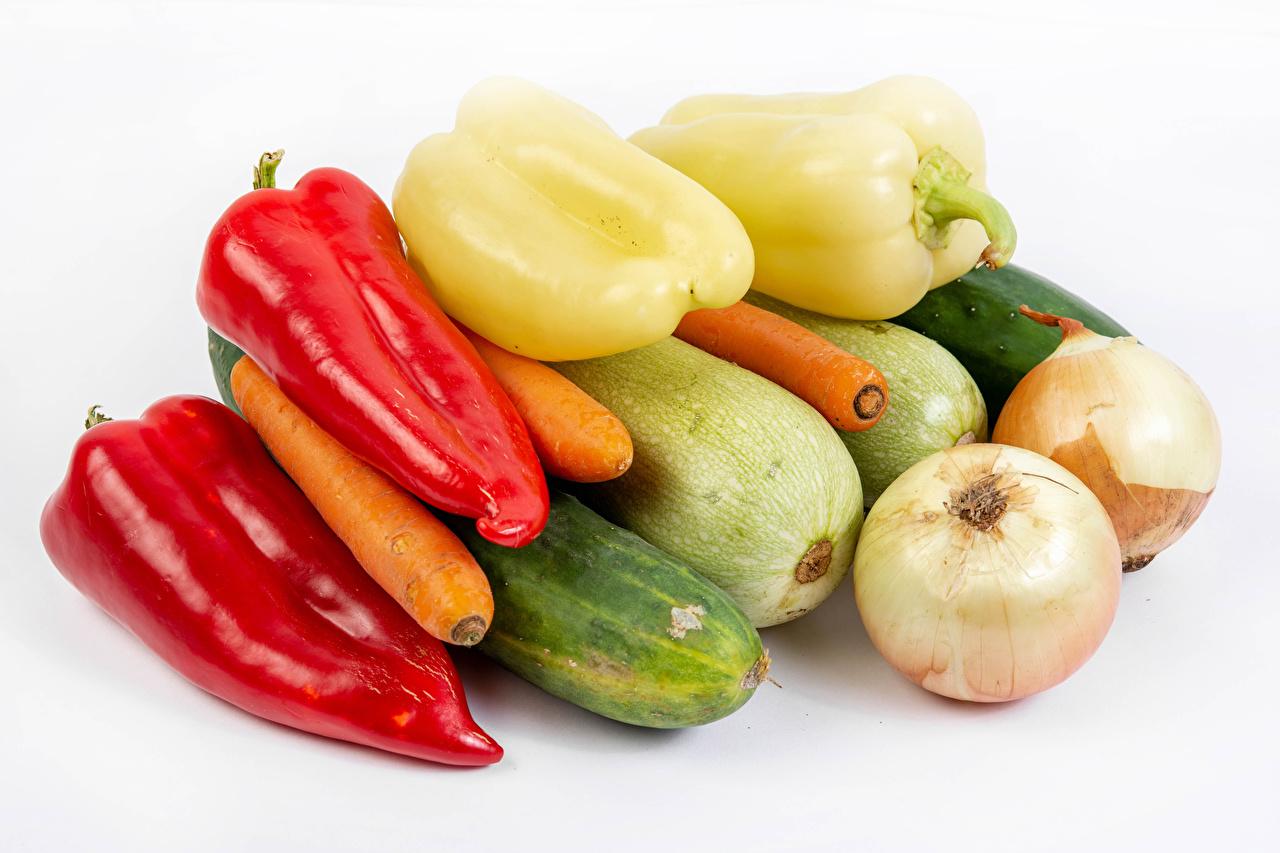 Fotos Gurke Zwiebel Zucchini Mohrrübe Gemüse Paprika das Essen Weißer hintergrund Lebensmittel