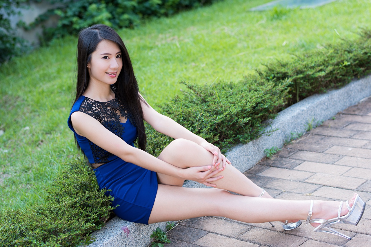 Desktop Hintergrundbilder Brünette Lächeln unscharfer Hintergrund Mädchens Bein Asiaten Hand Sitzend Bokeh junge frau junge Frauen Asiatische asiatisches sitzt sitzen