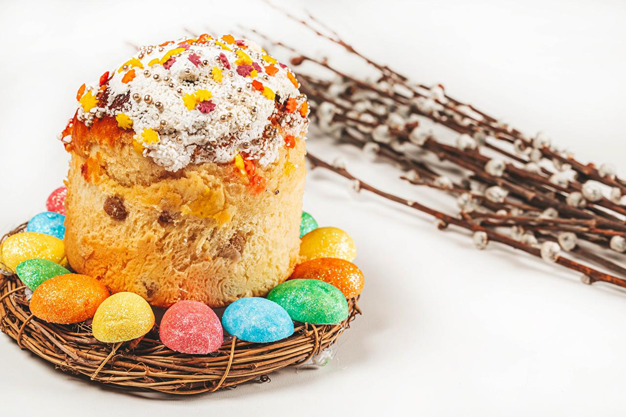Обои для рабочего стола Пасха яйцо Кулич Гнездо на ветке Продукты питания белым фоном яиц Яйца яйцами гнезда гнезде Еда Пища ветвь ветка Ветки Белый фон белом фоне