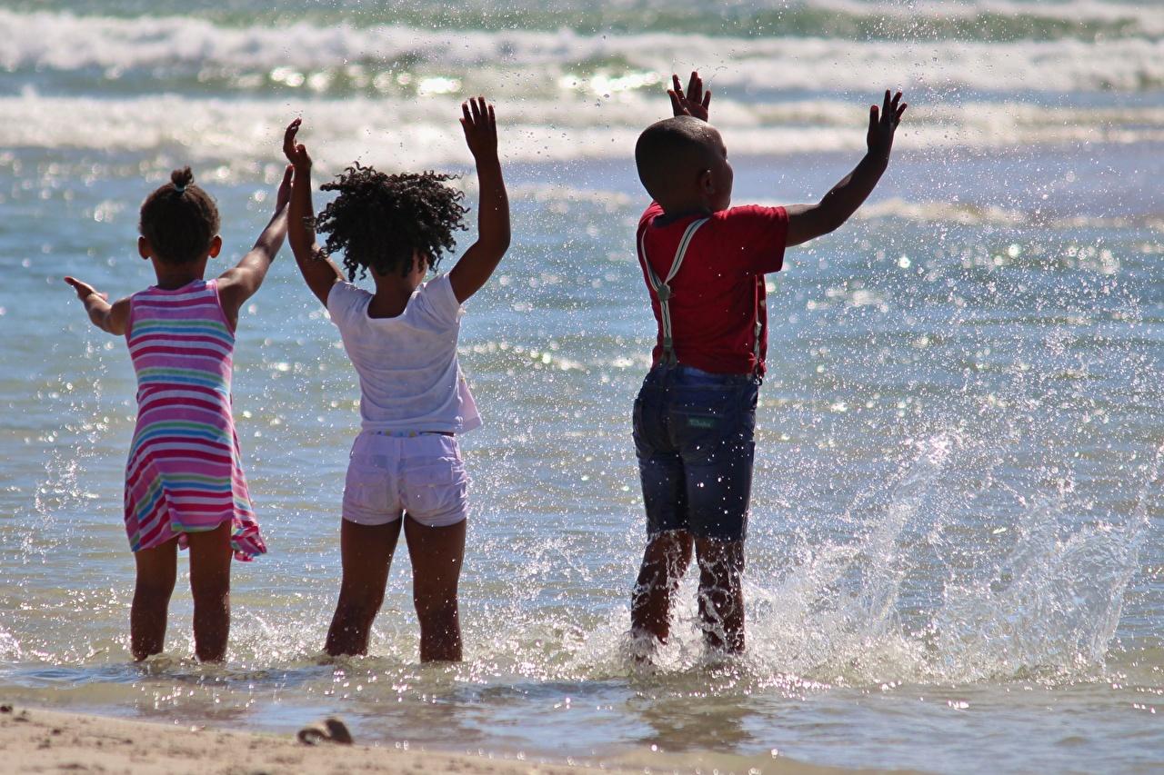 Mer Petites filles Garçon Trois 3 Eclaboussures Nègre Arrière enfant, éclaboussure d'eau, trio Enfants