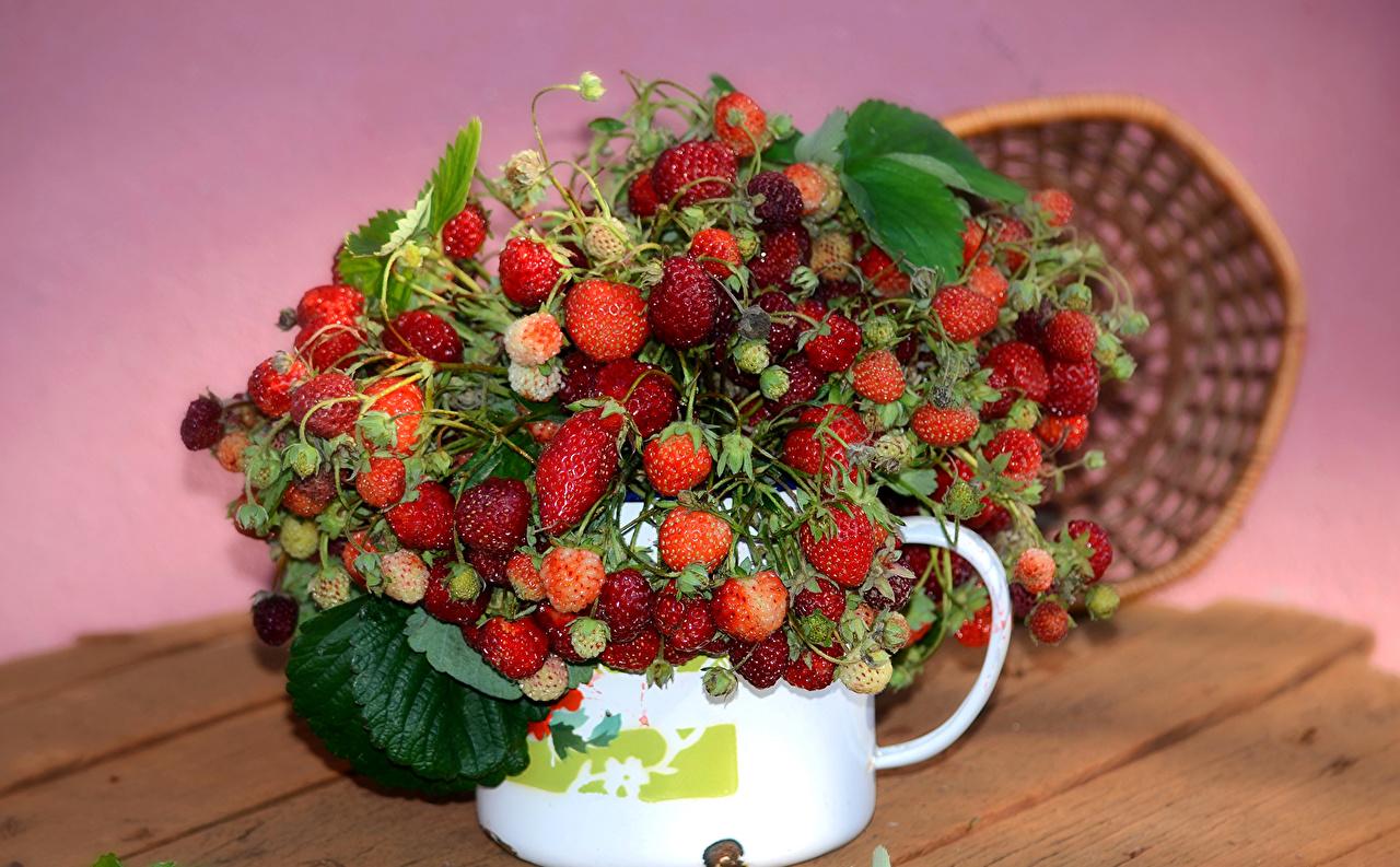 Обои Земляника, ягоды и листья в стеклянном кувшине и рядом ...   793x1280