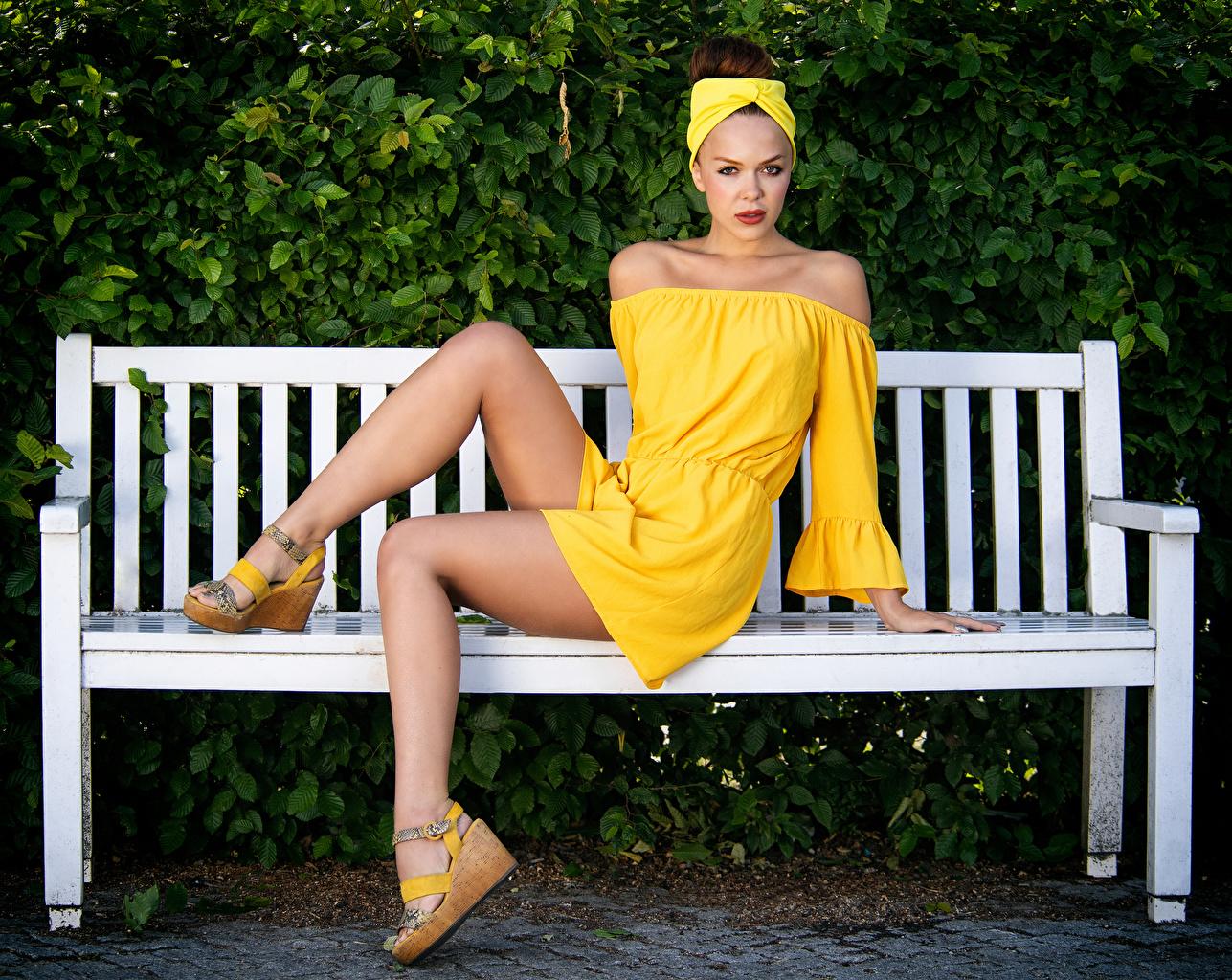 Fotos Olga Maria Veide Mädchens Bein sitzt Bank (Möbel) Blick Kleid junge frau junge Frauen sitzen Sitzend Starren