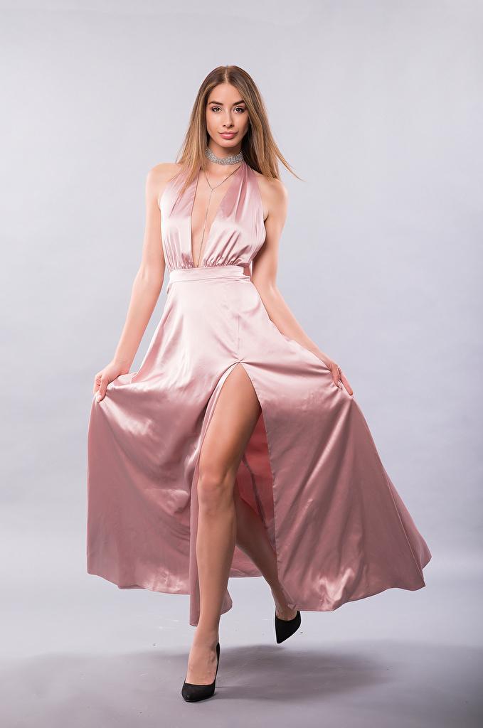 Fotos von Brenda Mädchens Bein Blick Kleid High Heels  für Handy junge frau junge Frauen Starren Stöckelschuh