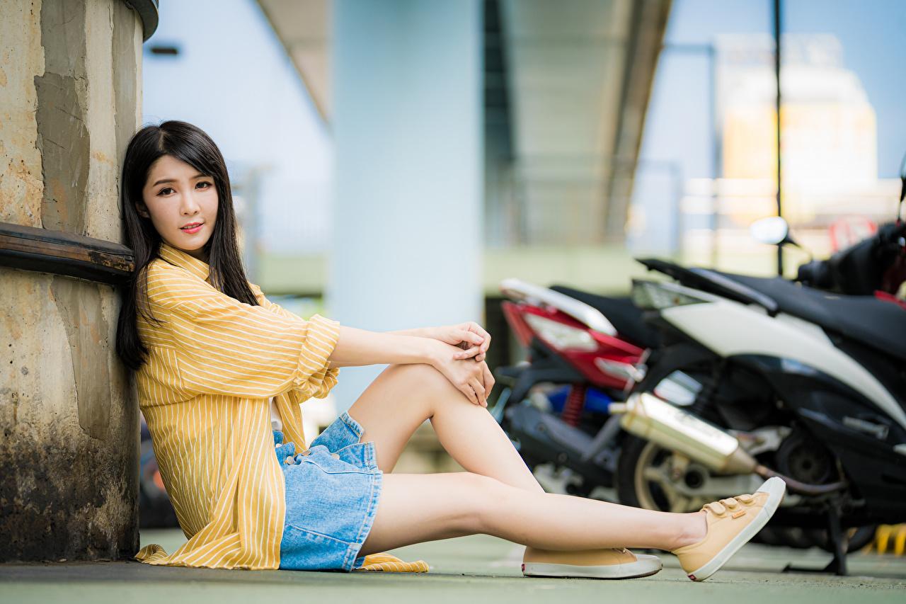 Fotos Rock Brünette Bokeh Hemd junge frau Bein Asiatische sitzt Starren unscharfer Hintergrund Mädchens junge Frauen Asiaten asiatisches sitzen Sitzend Blick