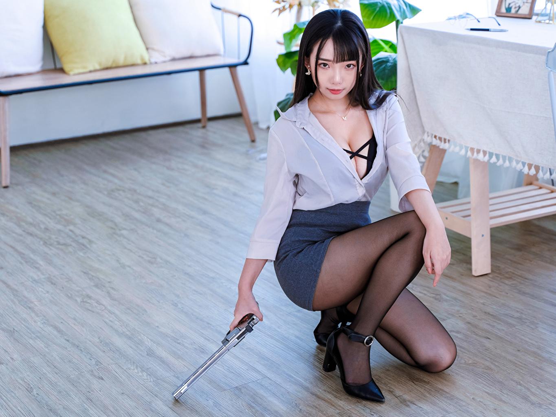 Foto Rock Pistolen Brünette Bluse Mädchens Bein Asiaten Sitzend Starren Pistole junge frau junge Frauen Asiatische asiatisches sitzt sitzen Blick