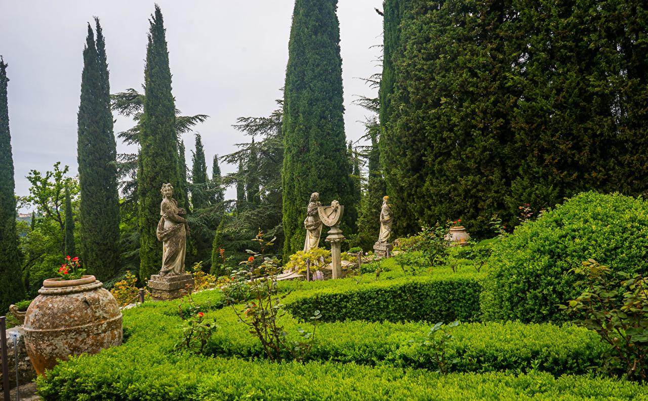 Foto Toskana Italien Villa Peyron Garden Natur Garten Strauch Skulpturen