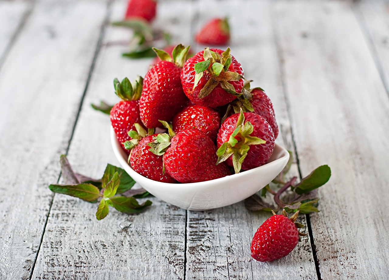 Photos Bowl Strawberry Food Berry Table boards Wood planks