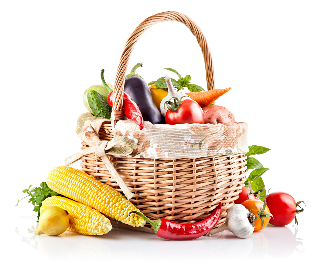 Images Corn Onion Tomatoes Chili pepper Garlic Wicker basket Food Vegetables White background Allium sativum