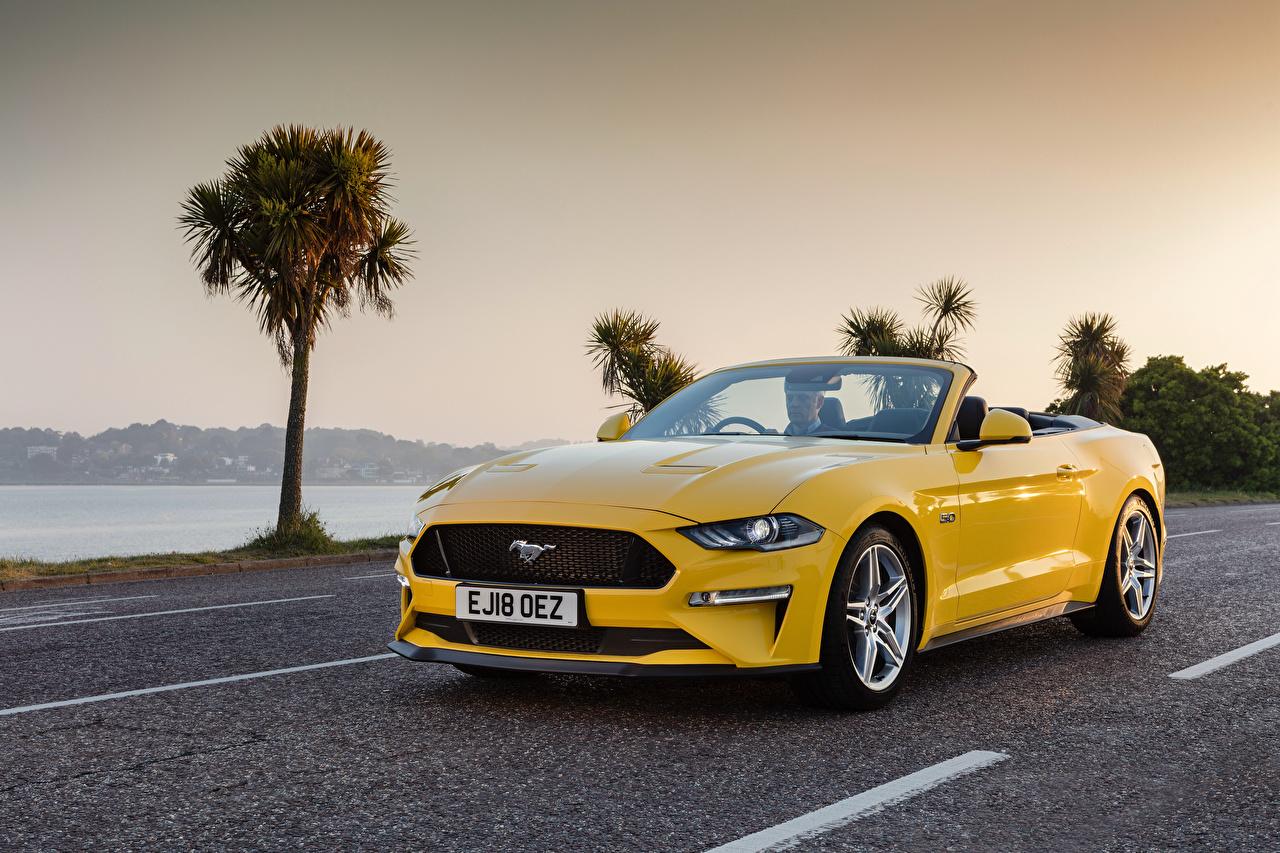 Foto Ford Mustang GT Convertible, UK-spec, 2018-- Cabriolet Gelb automobil Metallisch Cabrio auto Autos