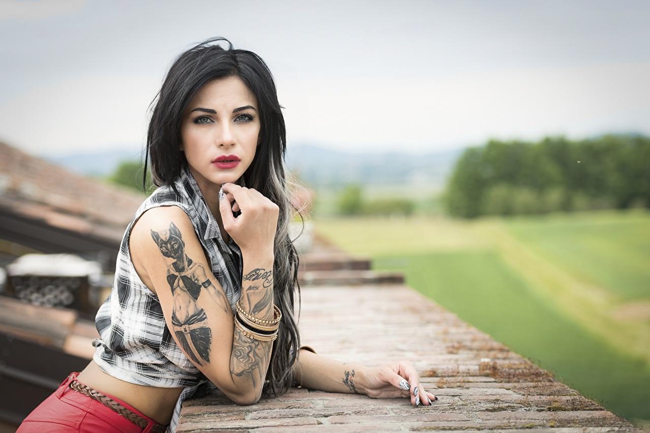 Fotos von Tätowierung Brünette junge frau Hand Blick Mädchens junge Frauen Starren