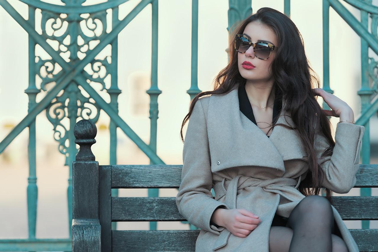 Desktop Hintergrundbilder Ester Merja Braunhaarige Luigi Malanetto Mantel junge Frauen Brille Sitzend Braune Haare Mädchens junge frau sitzt sitzen