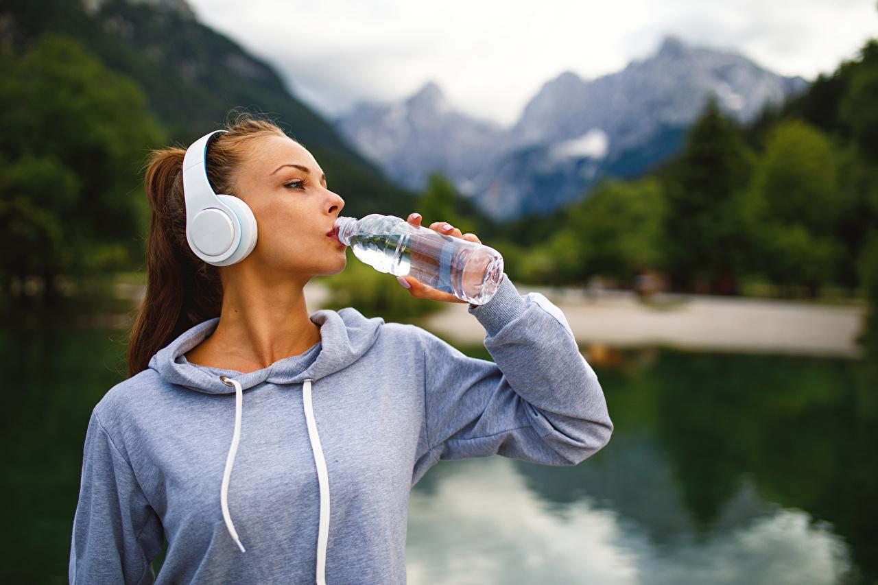 Hintergrundbilder Kopfhörer Braunhaarige Trinkt Wasser Mädchens Flasche Braune Haare flaschen