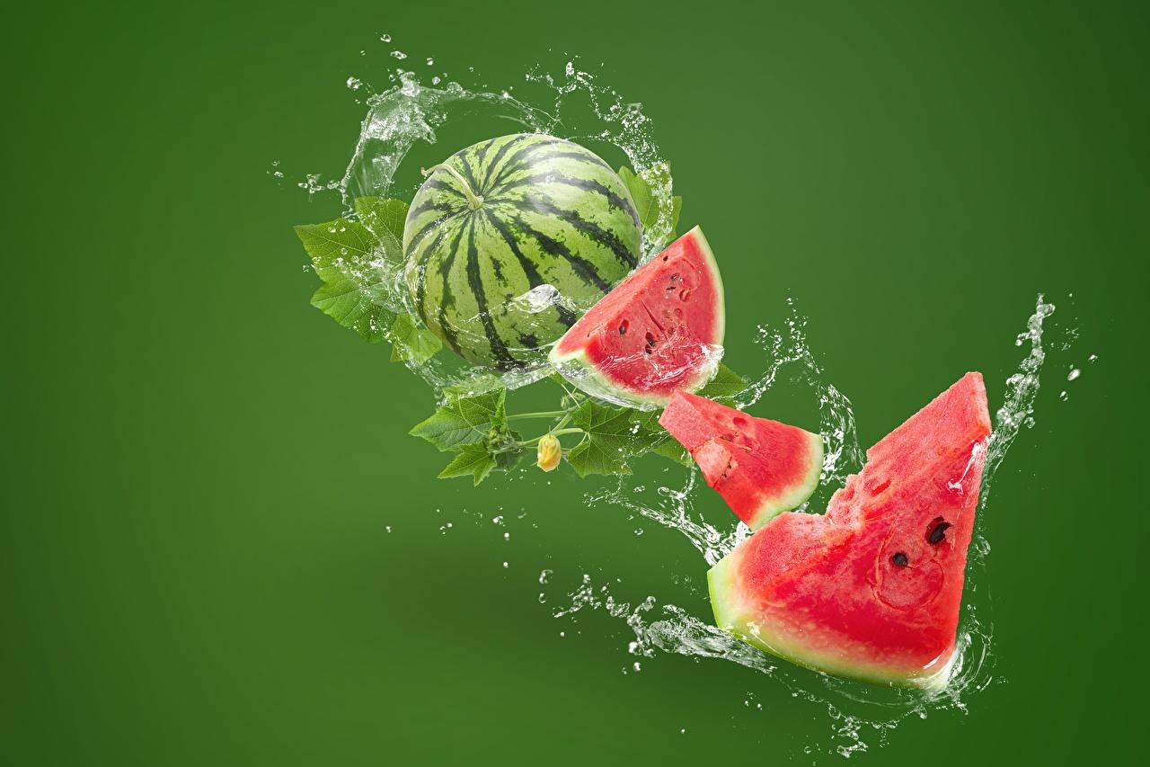 Desktop Hintergrundbilder Stück Wassermelonen Wasser spritzt Lebensmittel Farbigen hintergrund stücke spritzwasser das Essen