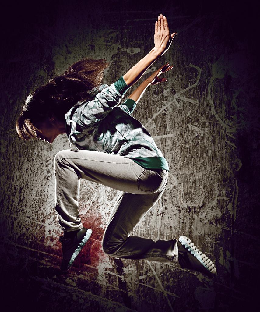 Fotos von Braunhaarige Tanzen Mädchens Sprung Hand Braune Haare Tanz